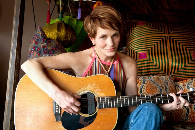 Shawn_Colvin__guitar__color._Photo_by_Michael_Wilson